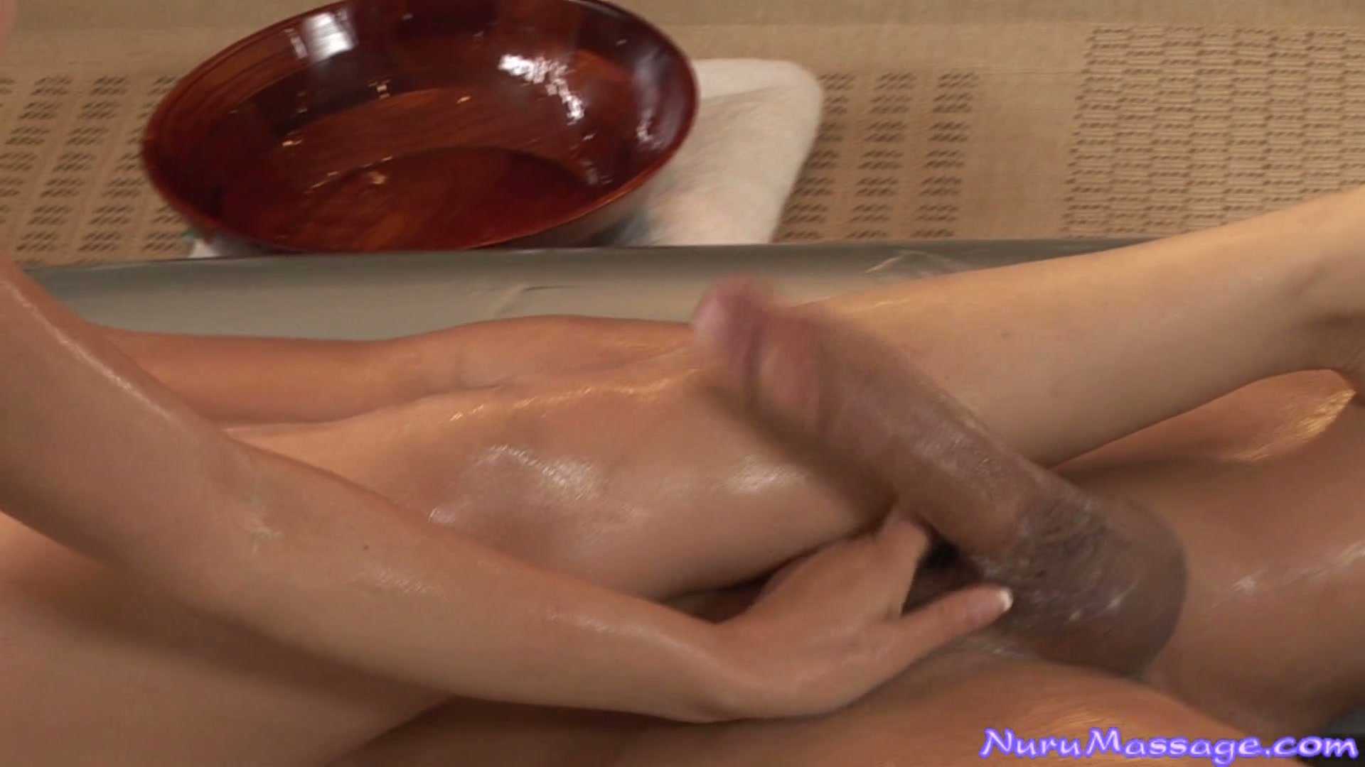Sizzling wet pussy of Jackie Lin can be eaten during massage